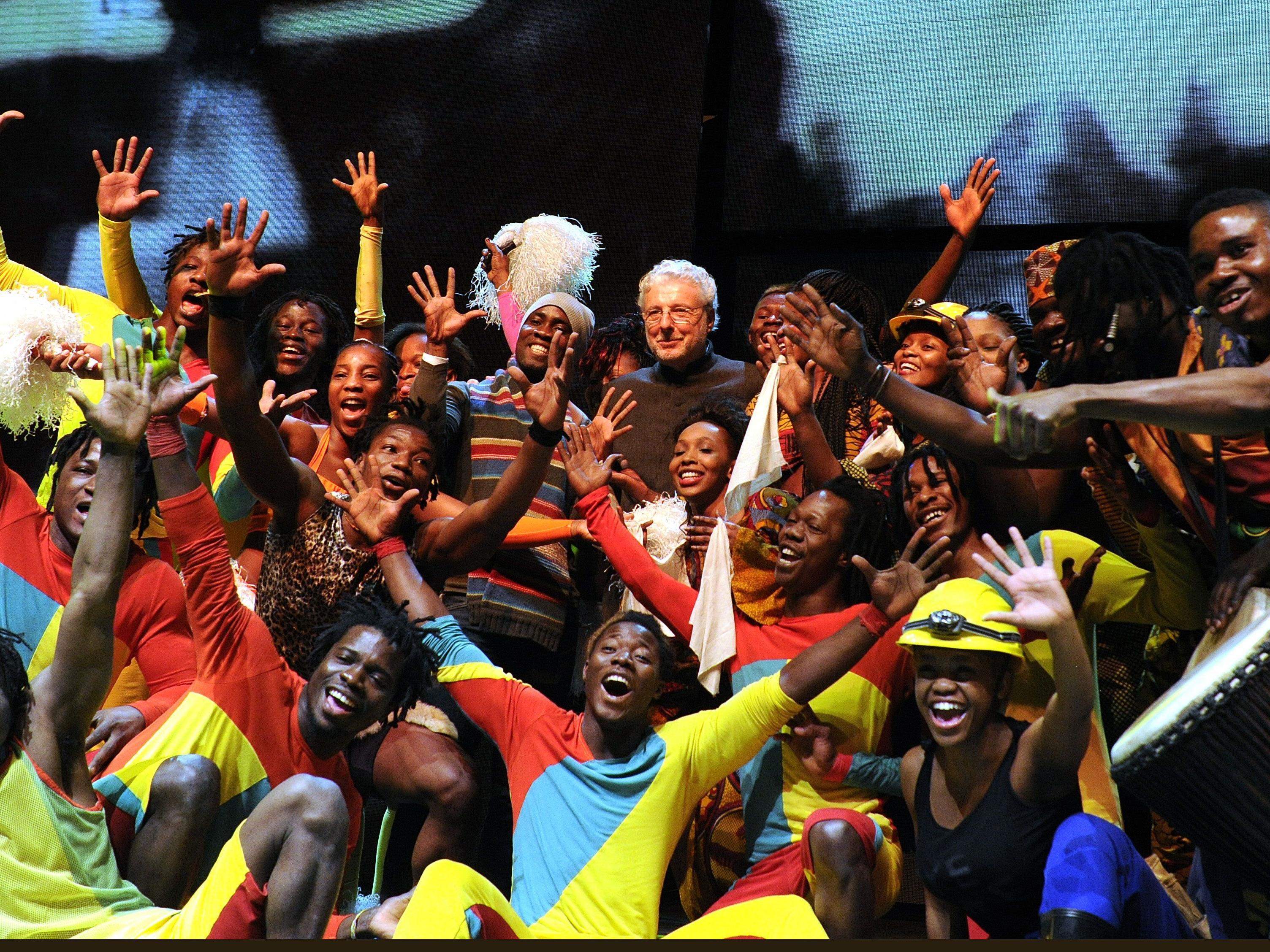 """Andre Heller und die Künstler aus """"Afrika! Afrika!"""" 2013 in Wien"""