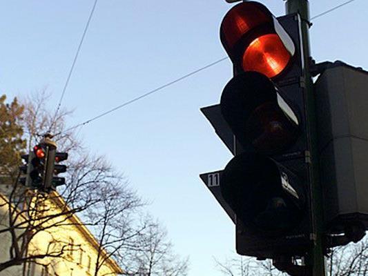 17-Jähriger krachte in Wien-Donaustadt mit Pkw in Ampelmast.