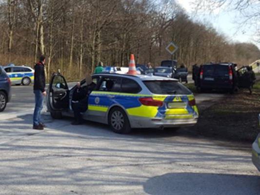 Bei einer Macheten-Attacke in Düsseldorf wurde ein Mensch schwer verletzt. Der Täter ist flüchtig.