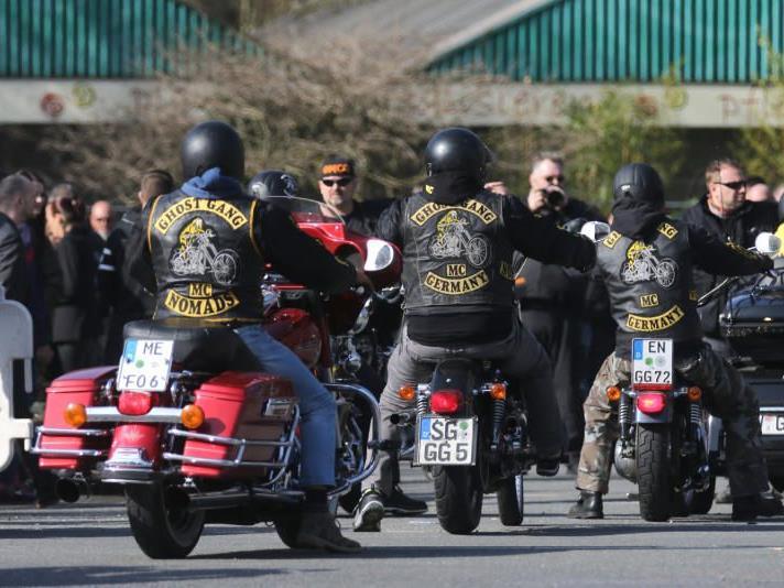 Rocker auf ihren Motorräder kommen n Herten zur Beisetzung des neunjährigen Jaden
