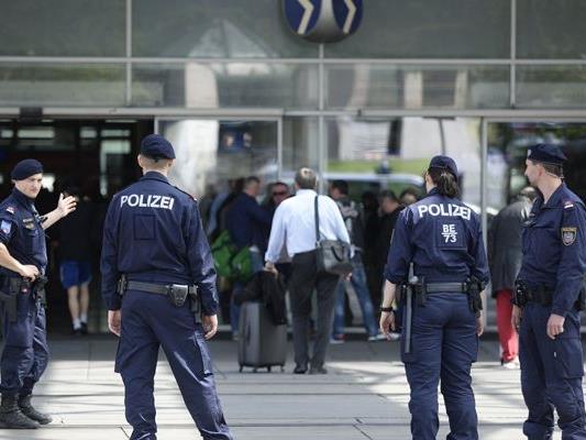 Zwei Polizisten wurden bei dem Einsatz leicht verletzt.