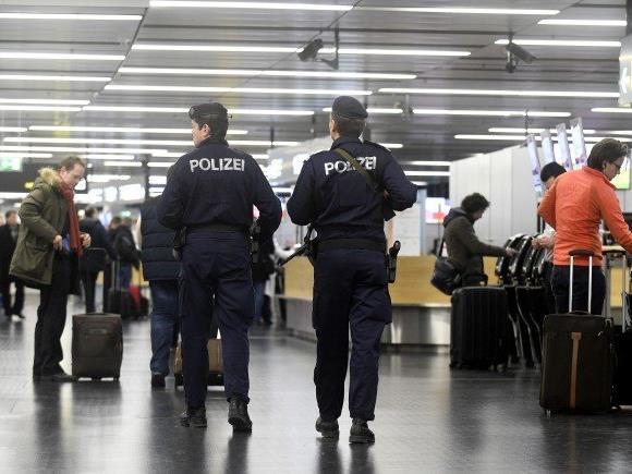 Der Soldat deponierte eine Waffe auf dem Wiener Flughafen.