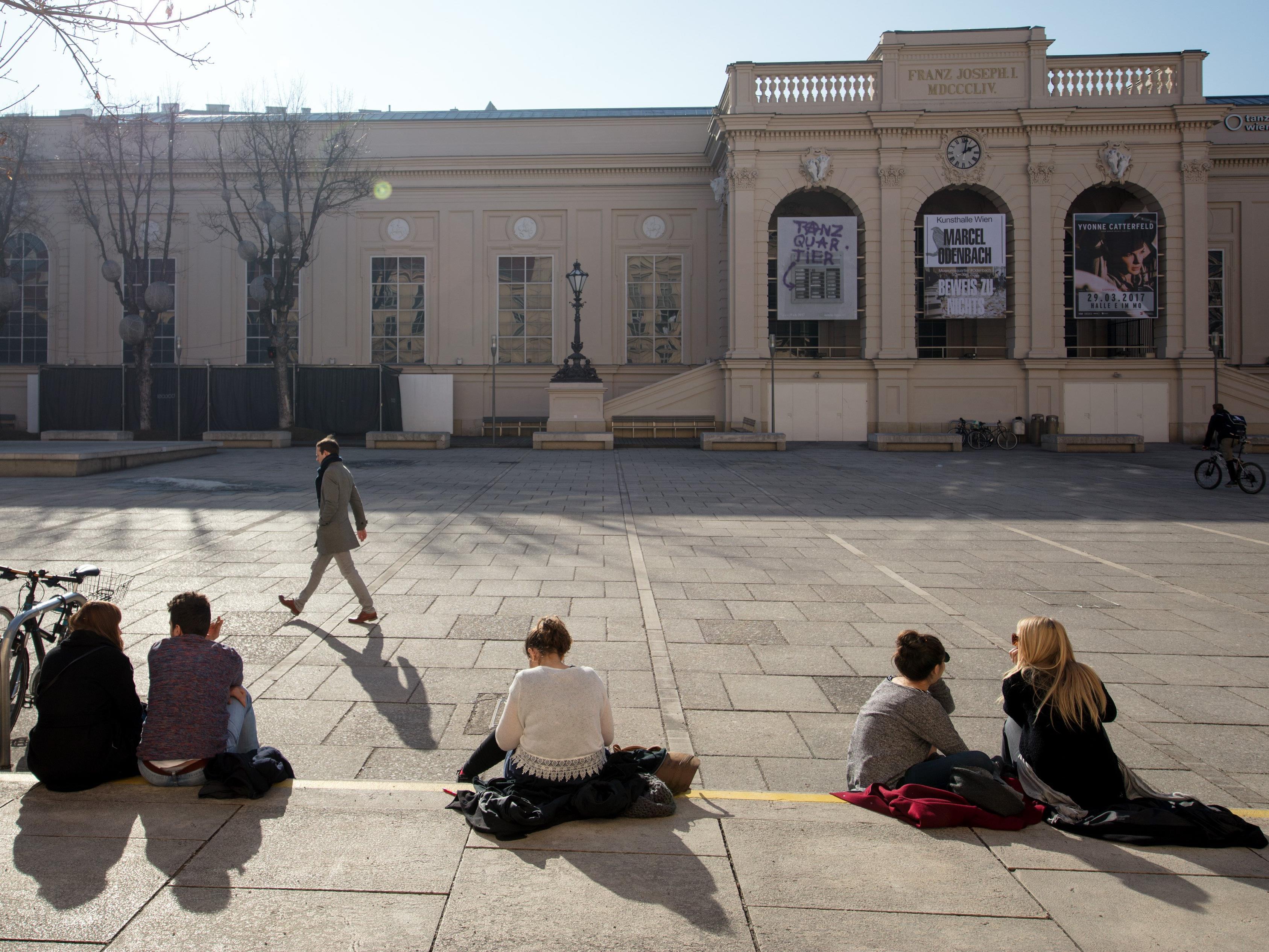 Am Vorplatz des Museumsquartiers kann jetzt Minigolf gespielt werden.