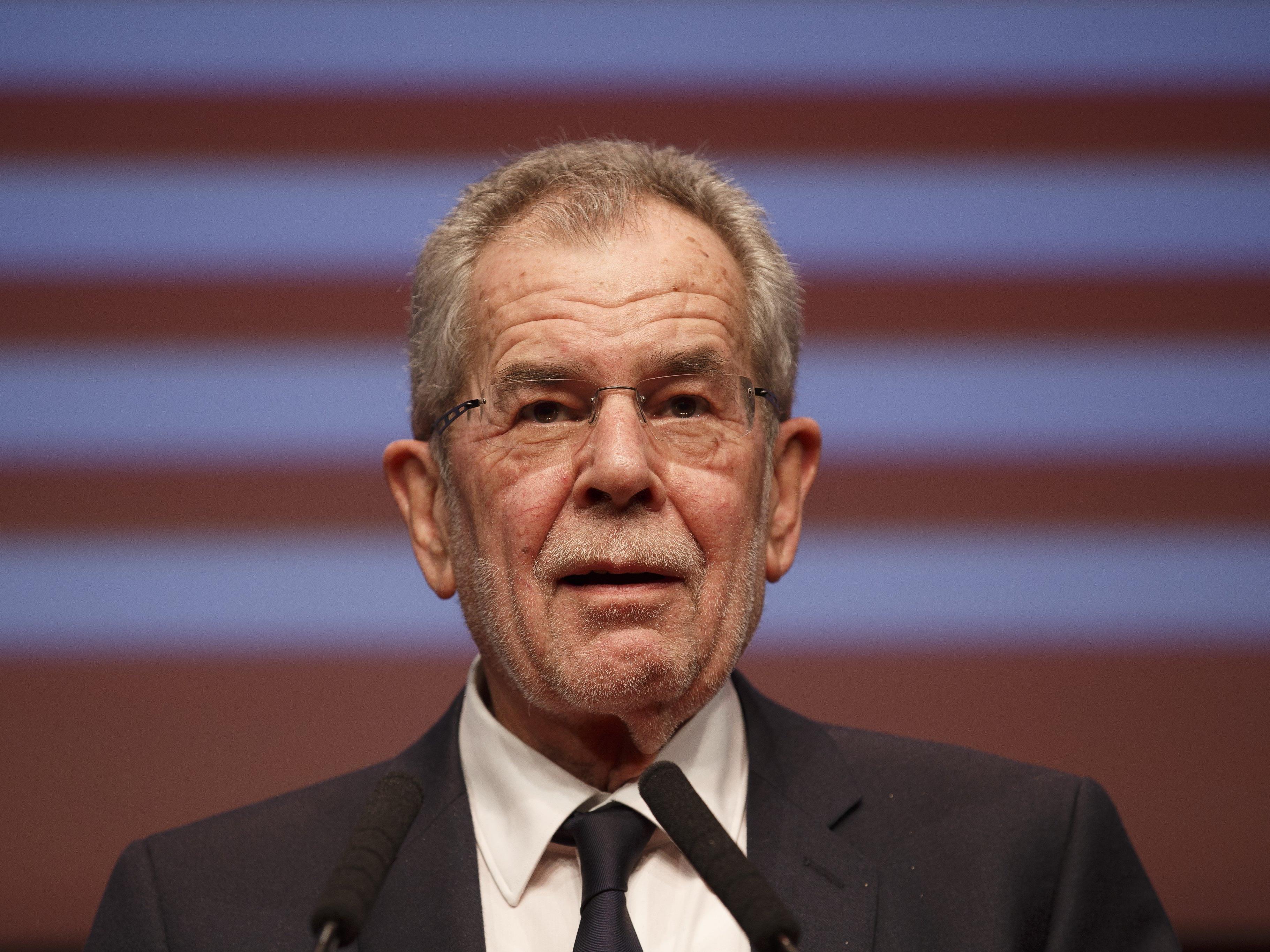 Bundespräsident Alexander Van der Bellen sorgt mit einer umstrittenen Kopftuch-Aussage für Aufsehen.
