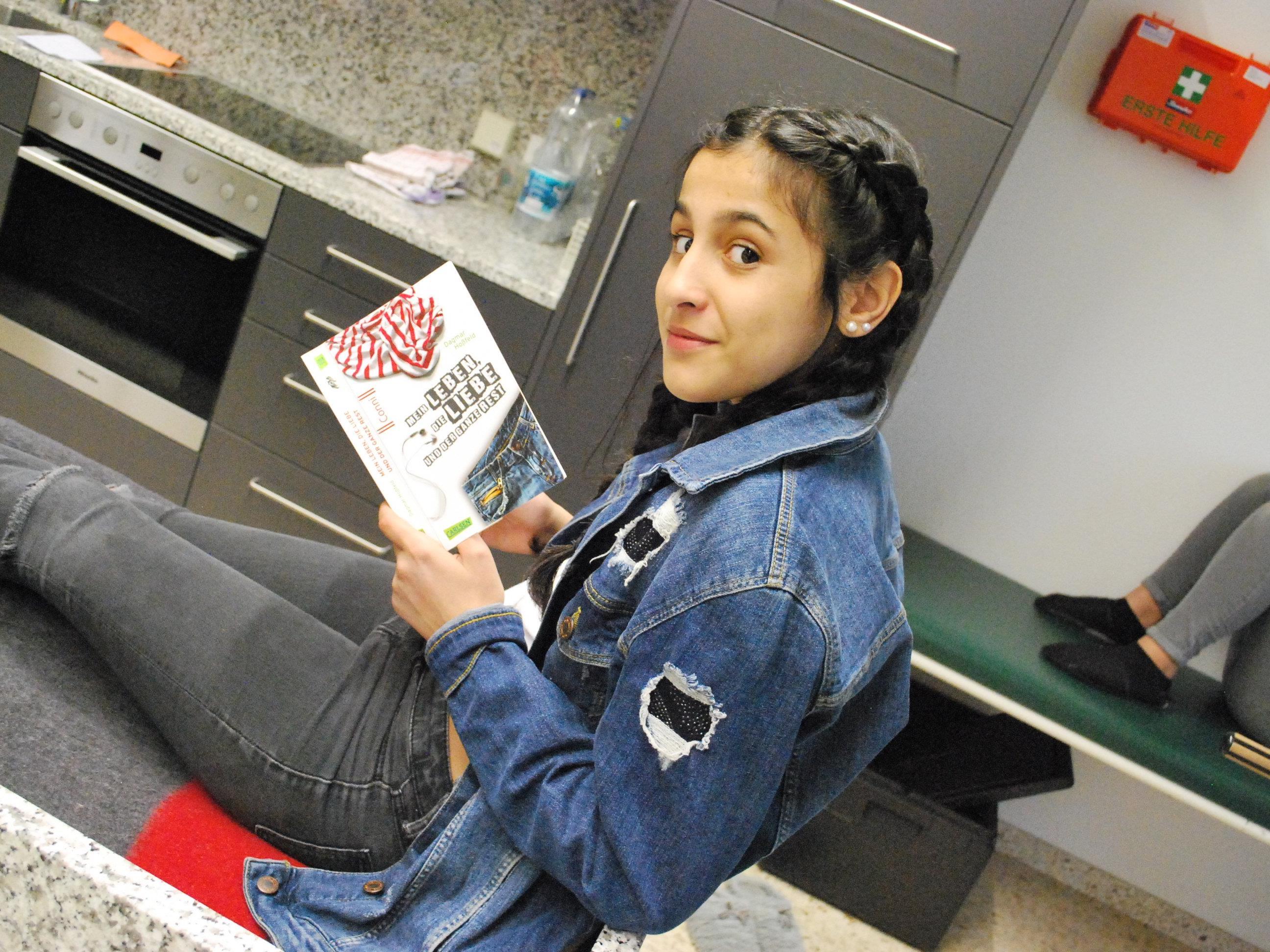 Auch diese Schülerin fand ein bequemes Plätzchen zum Lesen.