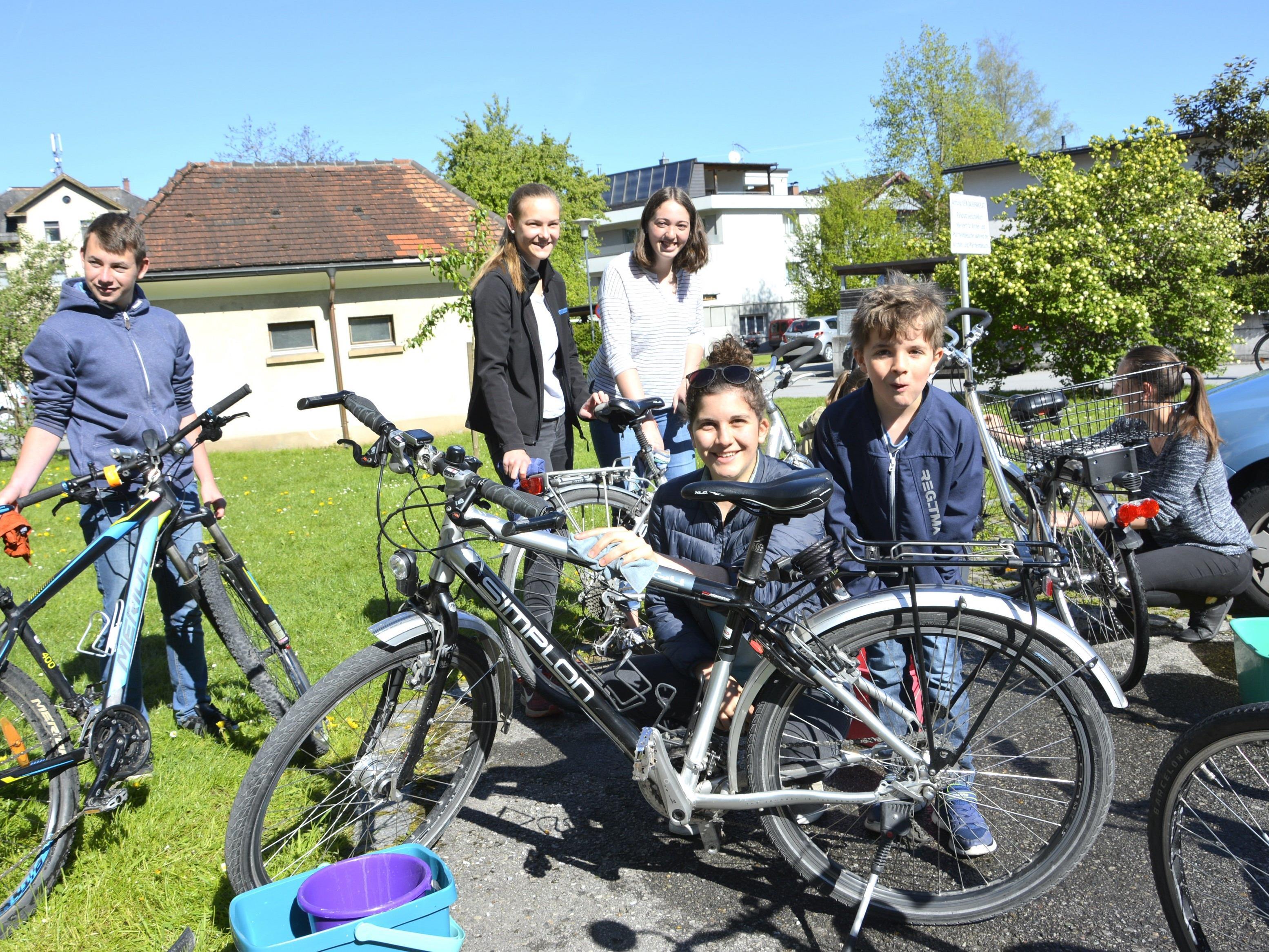Das Ministrantenteam aus dem Hatlerdorf war amSonntag eifrig im Einsatz beim Fahrradputzen.