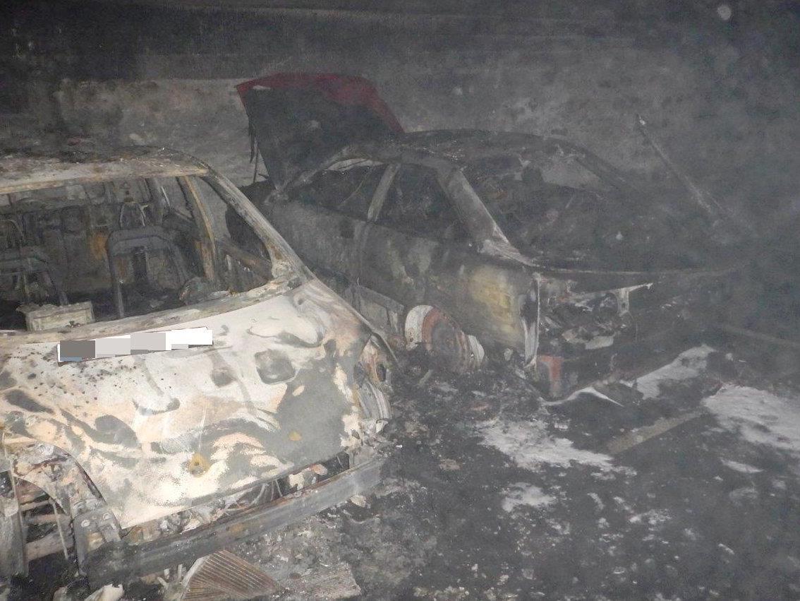 Zwei Fahrzeuge gerieten in einer Tiefgarage in Brand