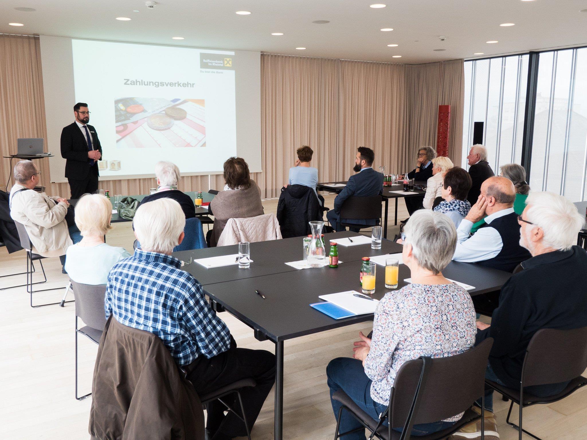 Das Raiffeisen Kundenforum bietet interessierten Kunden die Möglichkeit, im kleinen Teilnehmerkreis die Vorteile eines modernen Kontos kennen zu lernen und gleich auszuprobieren.