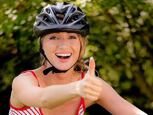 Der ÖAMTC hat 15 Fahrradhelme für Erwachsene getestet.