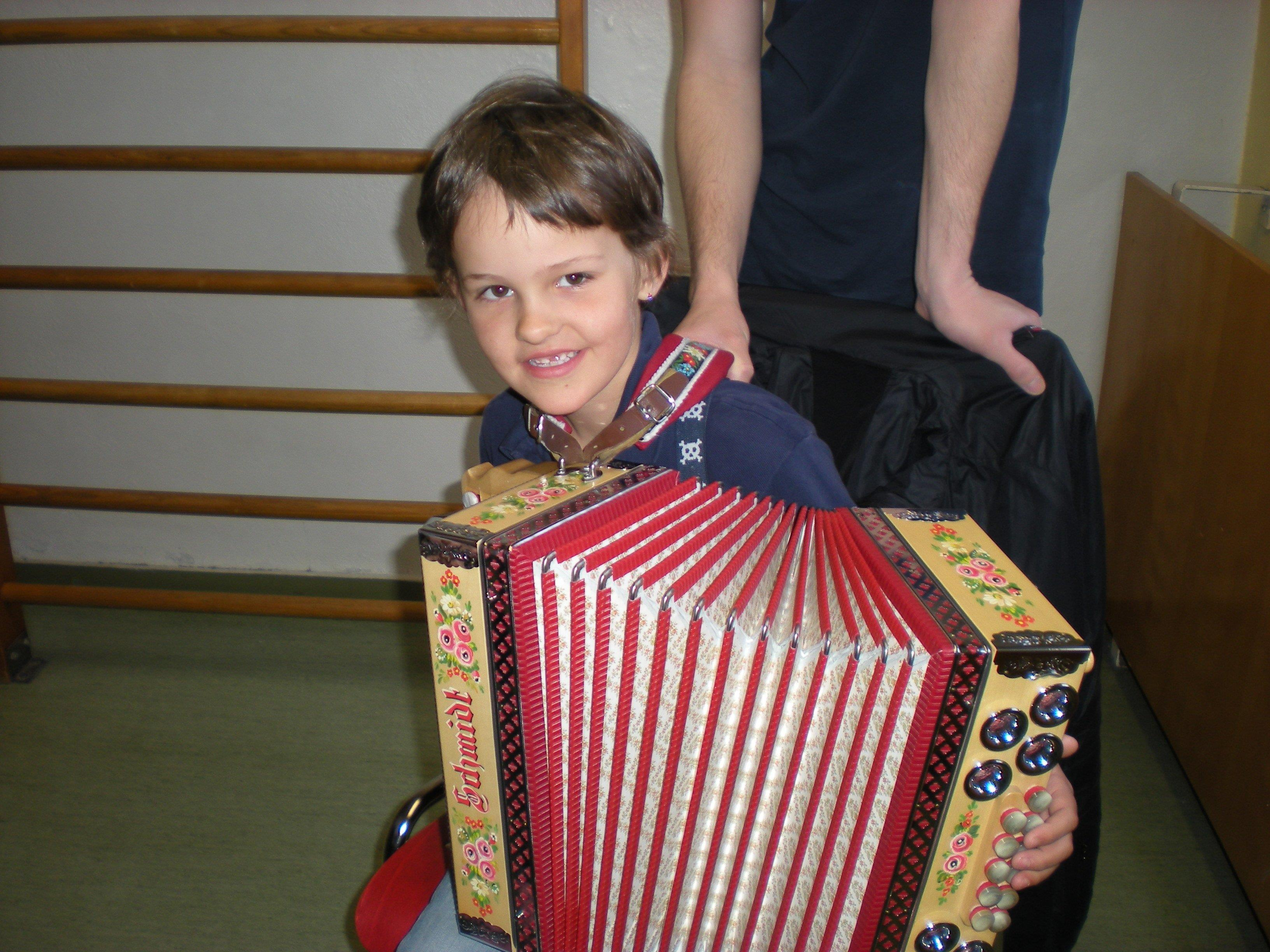 Die Kinder der VS Leopold zeigten sich beim Ausprobieren der Instrumente sehr geschickt.