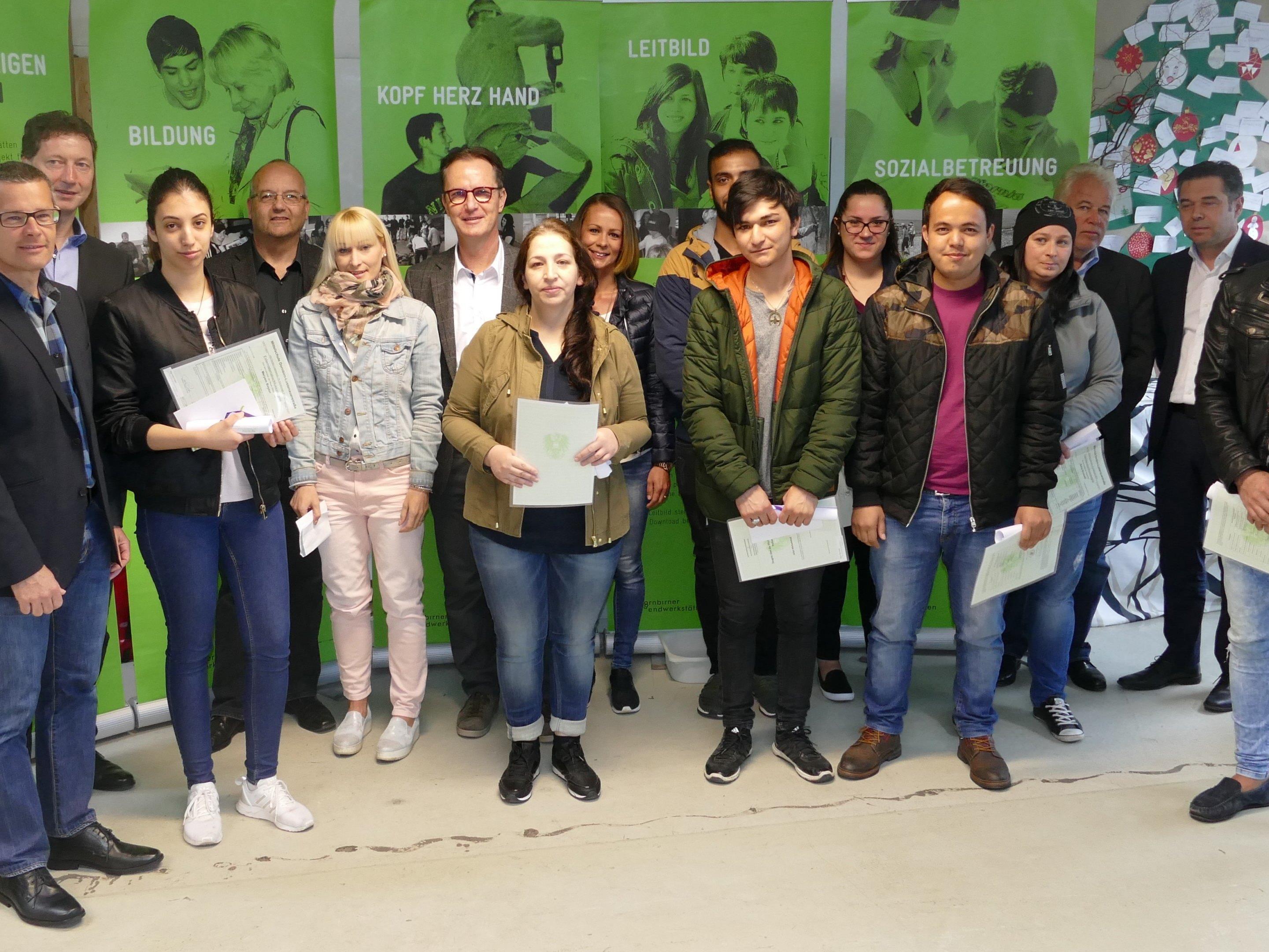 """Netzwerkpartner des Projekts """"Leuchtturm"""" mit den zwölf glücklichen Absolventen."""