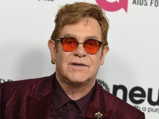 Der Sänger Elton John musste wegen einer bakteriellen Infektion mehrere Konzerte absagen.