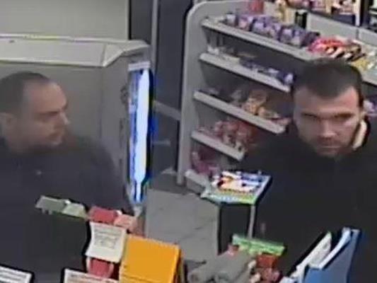Die Polizei sucht nach diesen Männern.