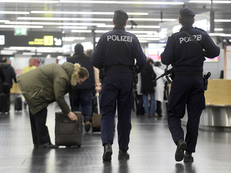 Ein Soldat soll am Wiener Flughafen eine Pistole versteckt haben
