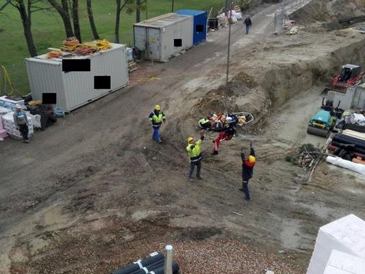 Die Rettung des verletzten Arbeiters war nur mit Hilfe eines Baukrans möglich.