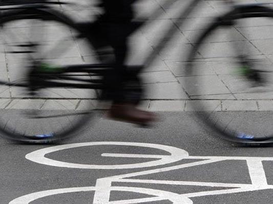 Der Radfahrer wurde bei dem Unfall verletzt.
