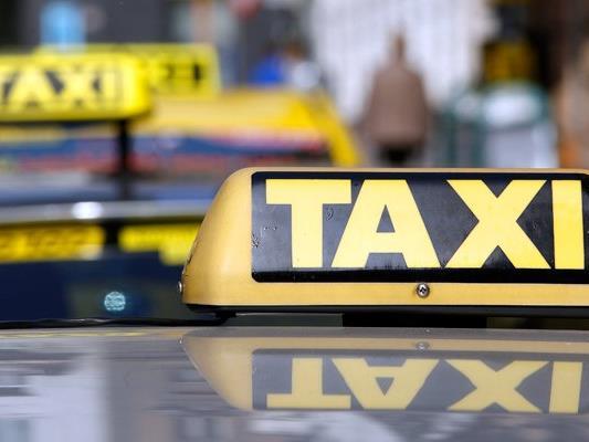 Der Taxilenker wurde von seinem Fahrgast attackiert und ausgeraubt.