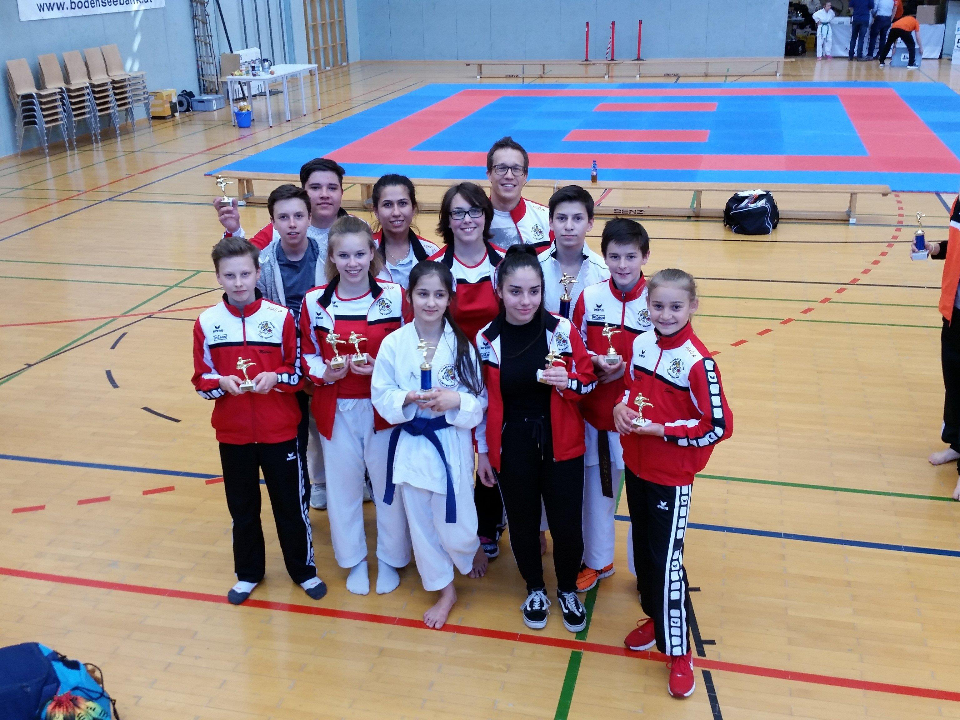 Über insgesamt 14 Medaillen durften sich die Lustenauer Karatesportler beim Nicki-Cup in Höchst freuen.