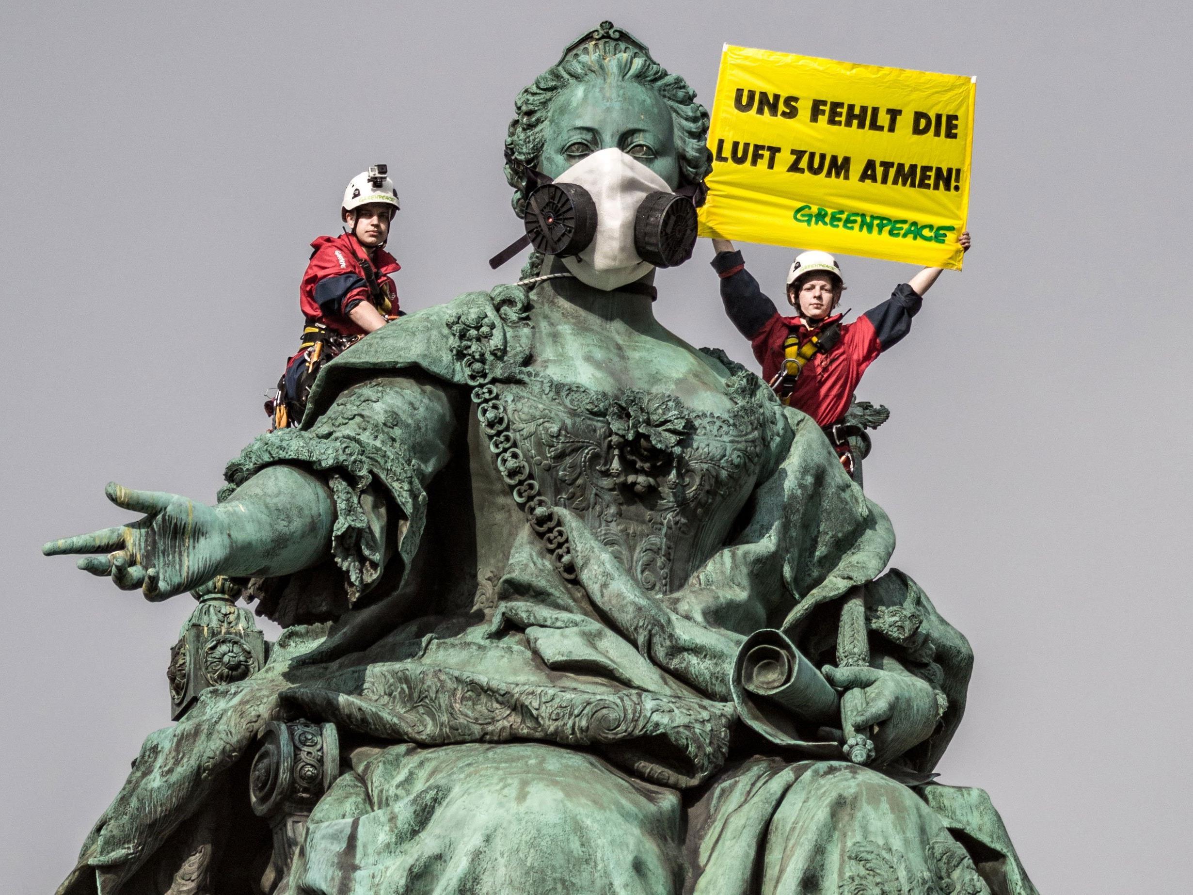 Das Denkmal mit der Atemschutzmaske soll auf die schlechten Luftwerte aufmerksam machen.