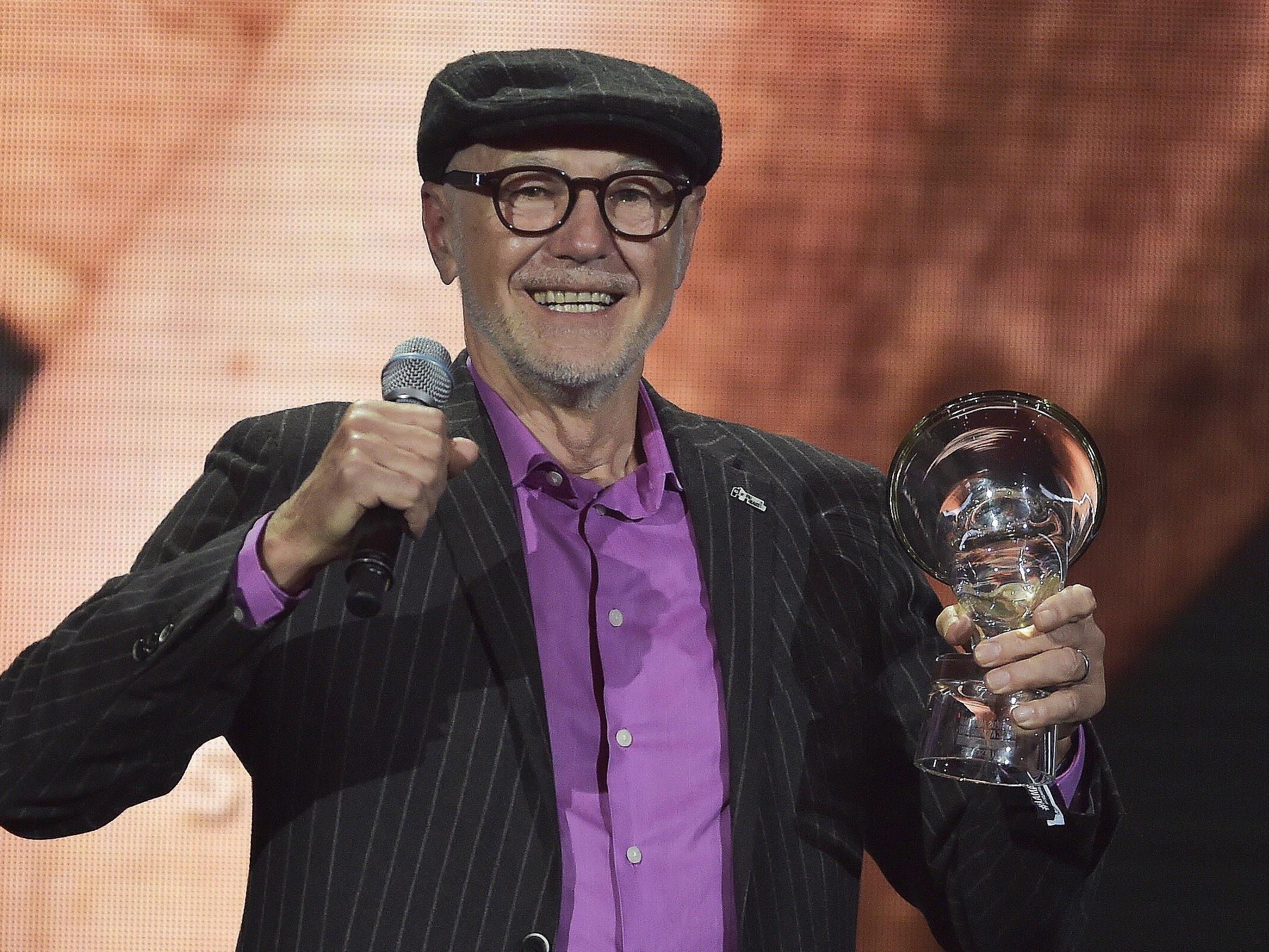 """Willi Resetarits freut sich über den """"Amadeus""""-Award für sein Lebenswerk."""