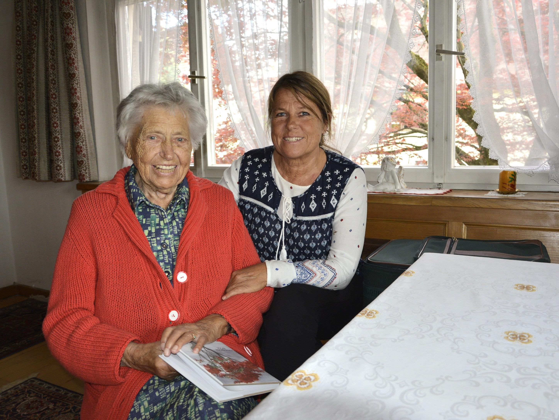 Die Mundartautorin mit Tochter Magdalena. Für sie schrieb sie ihr erstes Gedicht zu deren Hochzeit.