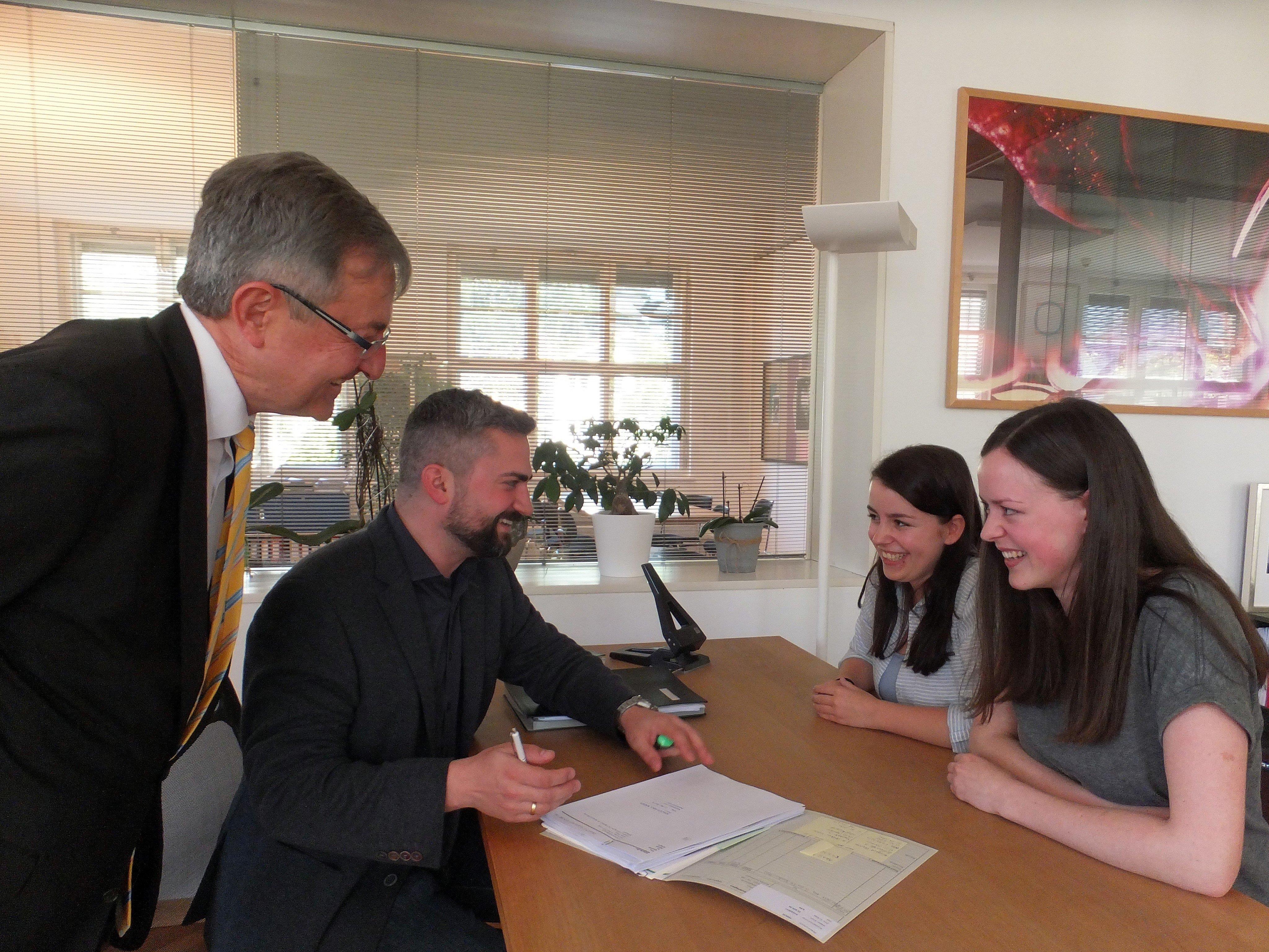 Chiara und Valentina erhalten bei den Anwälten Helmuth und Robert Mäser eine fundierte Ausbildung