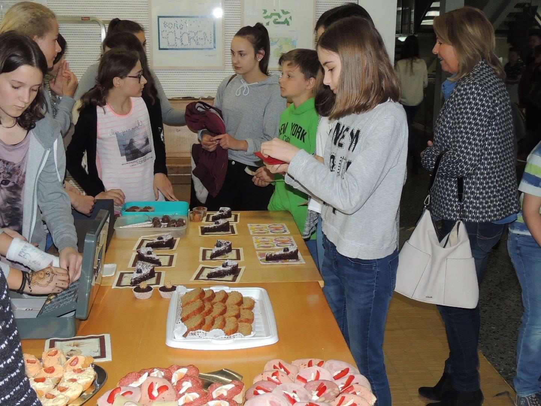 Die fleißigen Kuchenverkäufer(innen) mit ihrer Lehrerin Frau Prof. Riezler-Pregenzer