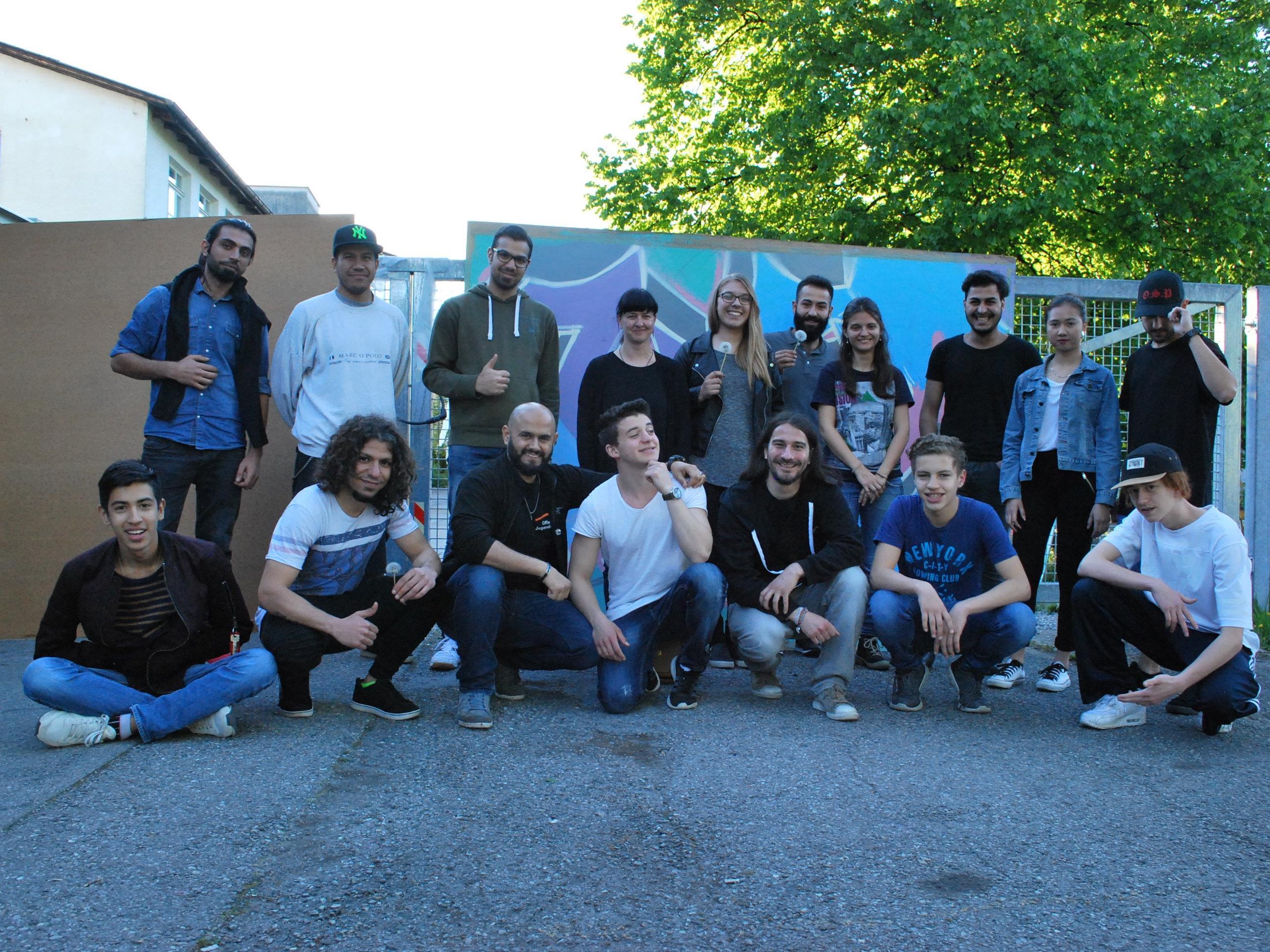 """Besucher und Mitarbeiter vor der Filmvorführung """"Freedom Writers"""" im Jugendzentrum Vismut."""