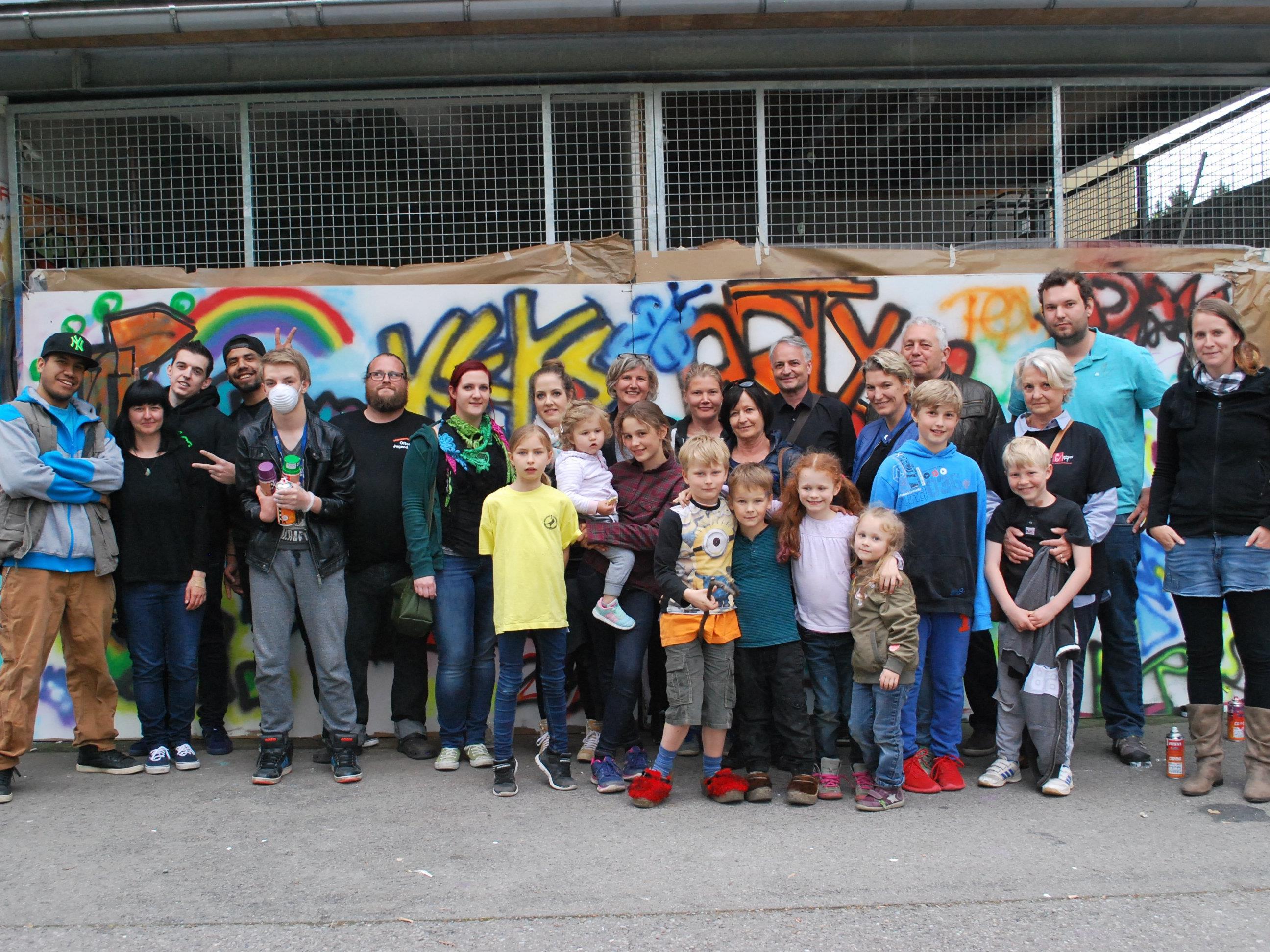 Gelebte Toleranz: Die Teilnehmer des Graffiti Workshops und Tommy Galido, Nina Humpeler (l) und Thomas Kaiser (6. vl) von der OJAD.