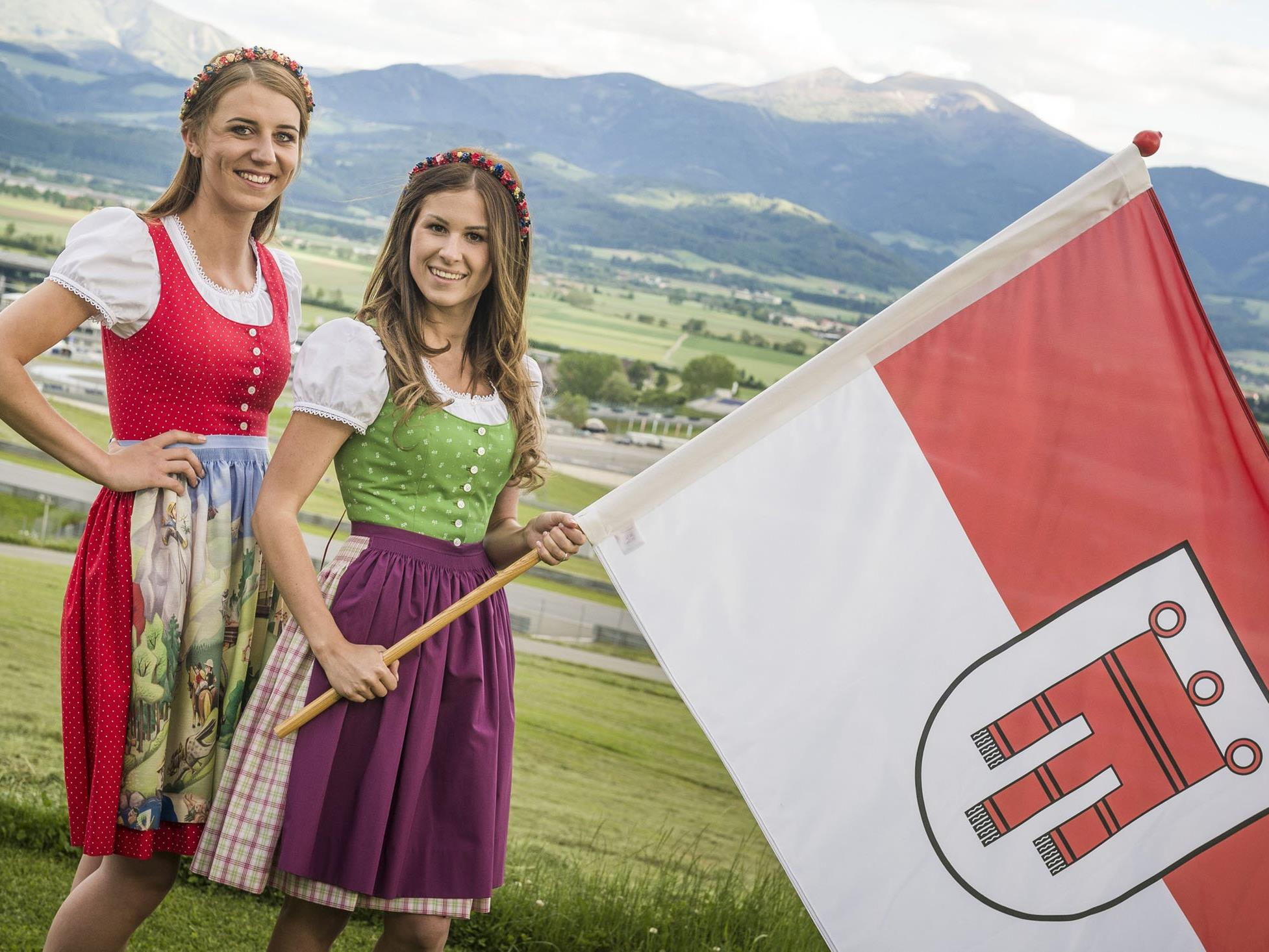 Sarah Salzgeber und Nicole Spitzhofer halten in Spielberg die Vorarlberger Fahne hoch.