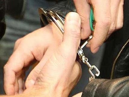Die Polizei nahm beide Einbrecher fest.