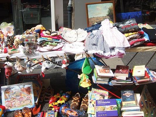 Der Straßenfest-Flohmarkt in der Wiener Neubaugasse lädt zum Verweilen ein.