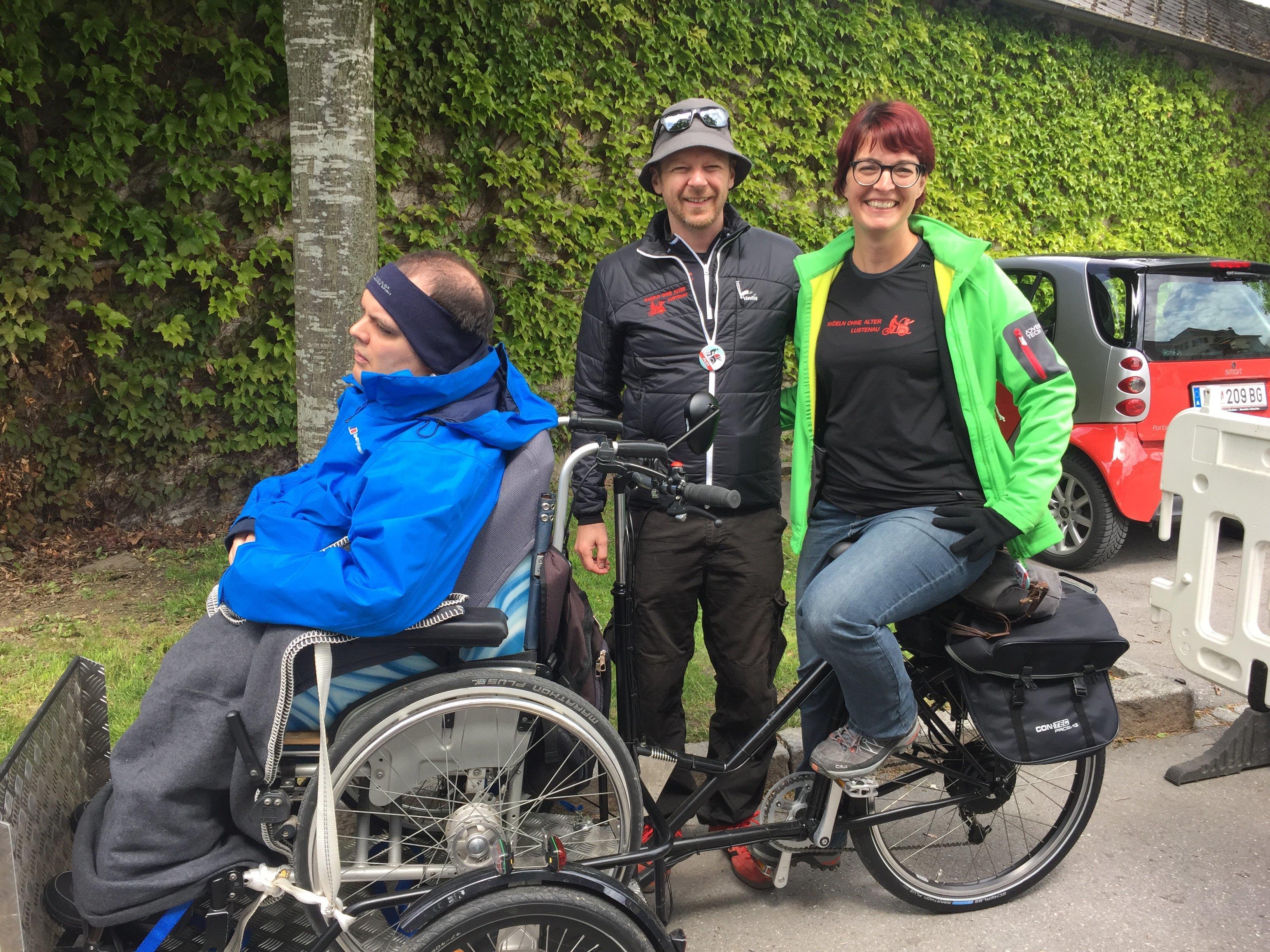 Michael König, Obmann von Radeln ohne Alter und Tanja Maier mit Michael Alge im neuen Lastenrad für Rollstuhlfahrer