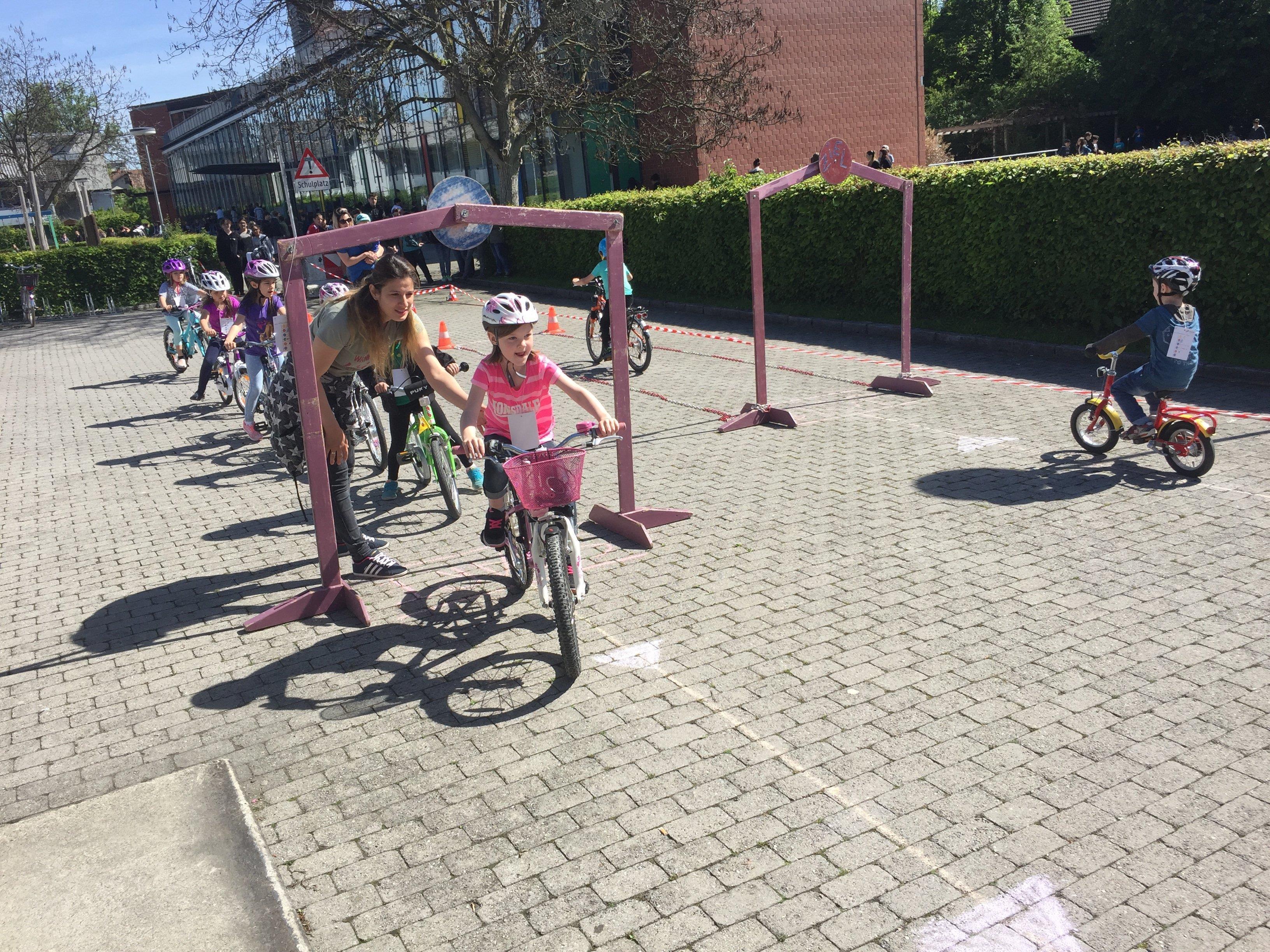 Beim Radfest drehte sich alles um Fahrradhelme, Geschicklichkeit, sicheres Fahren und Spaß.