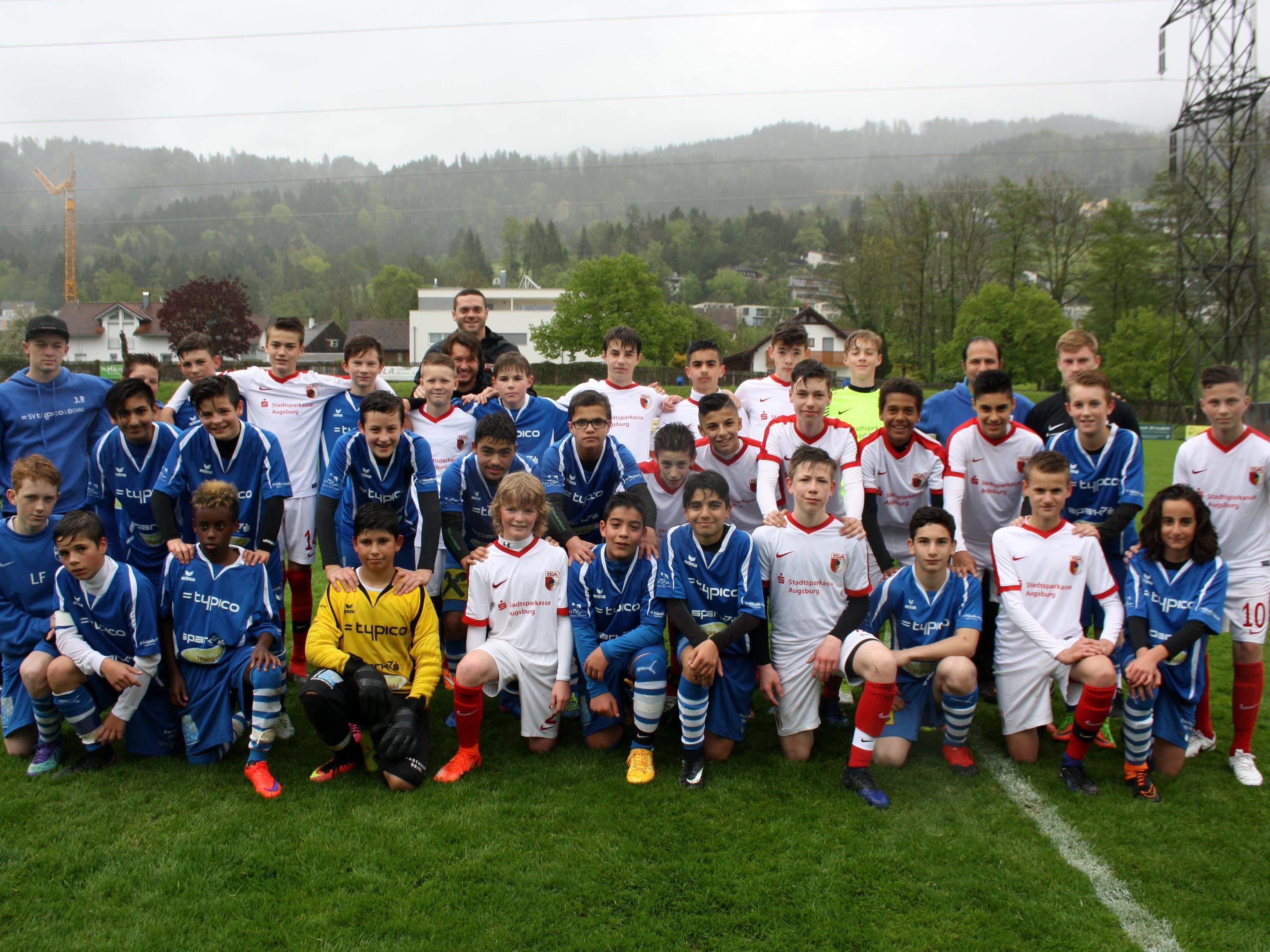 Die SPG Leiblachtal mit Spielern aus Lochau, Hörbranz und Hohenweiler zusammen mit dem Topteam aus Augsburg beim ersten U 14 Blitzturnier im Stadion Hoferfeld in Lochau.
