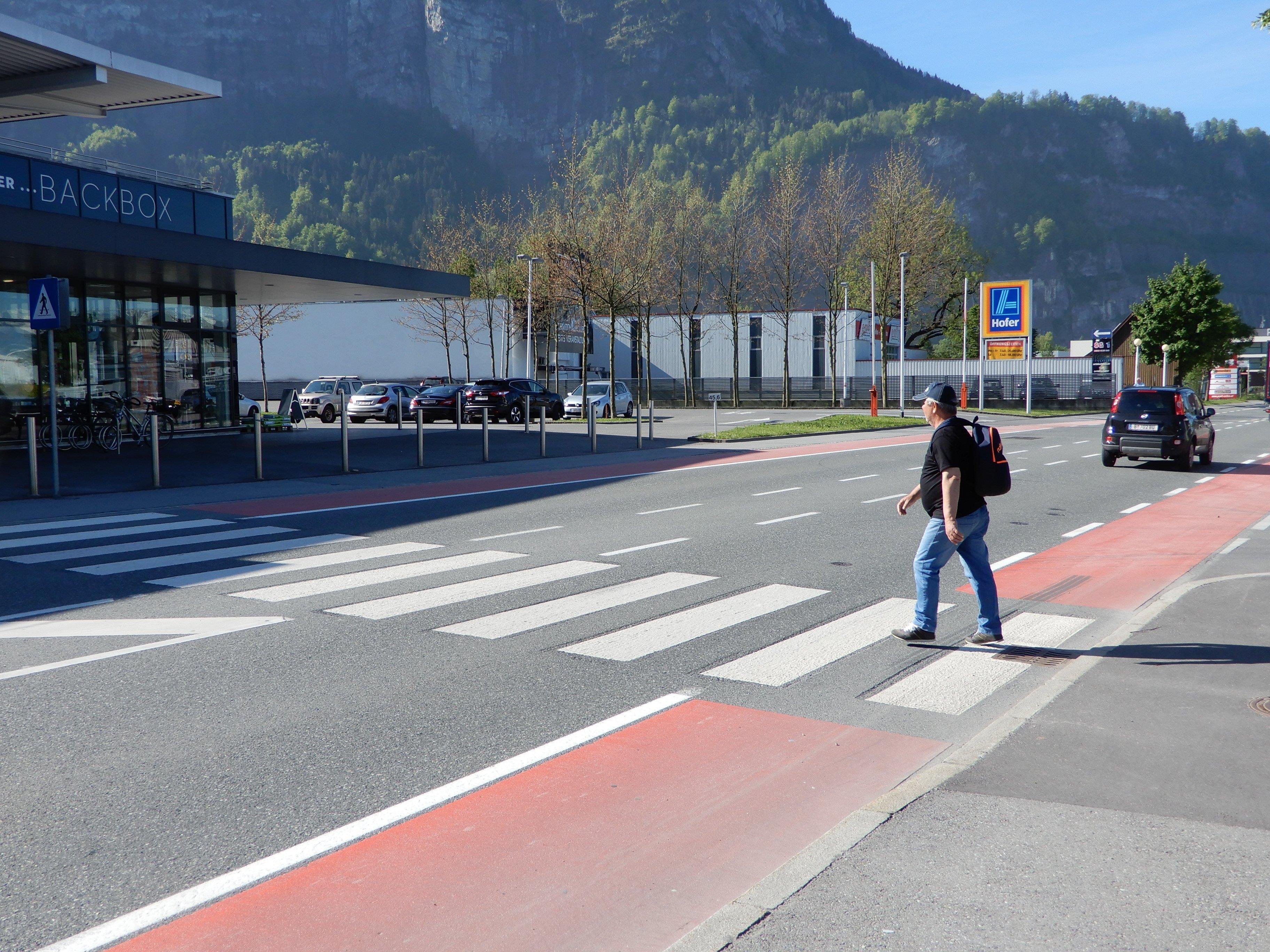 Beim Zebrastreifen vor der Hofer-Filiale im Wallenmahd soll es immer wieder zu gefährlichen Situationen kommen.