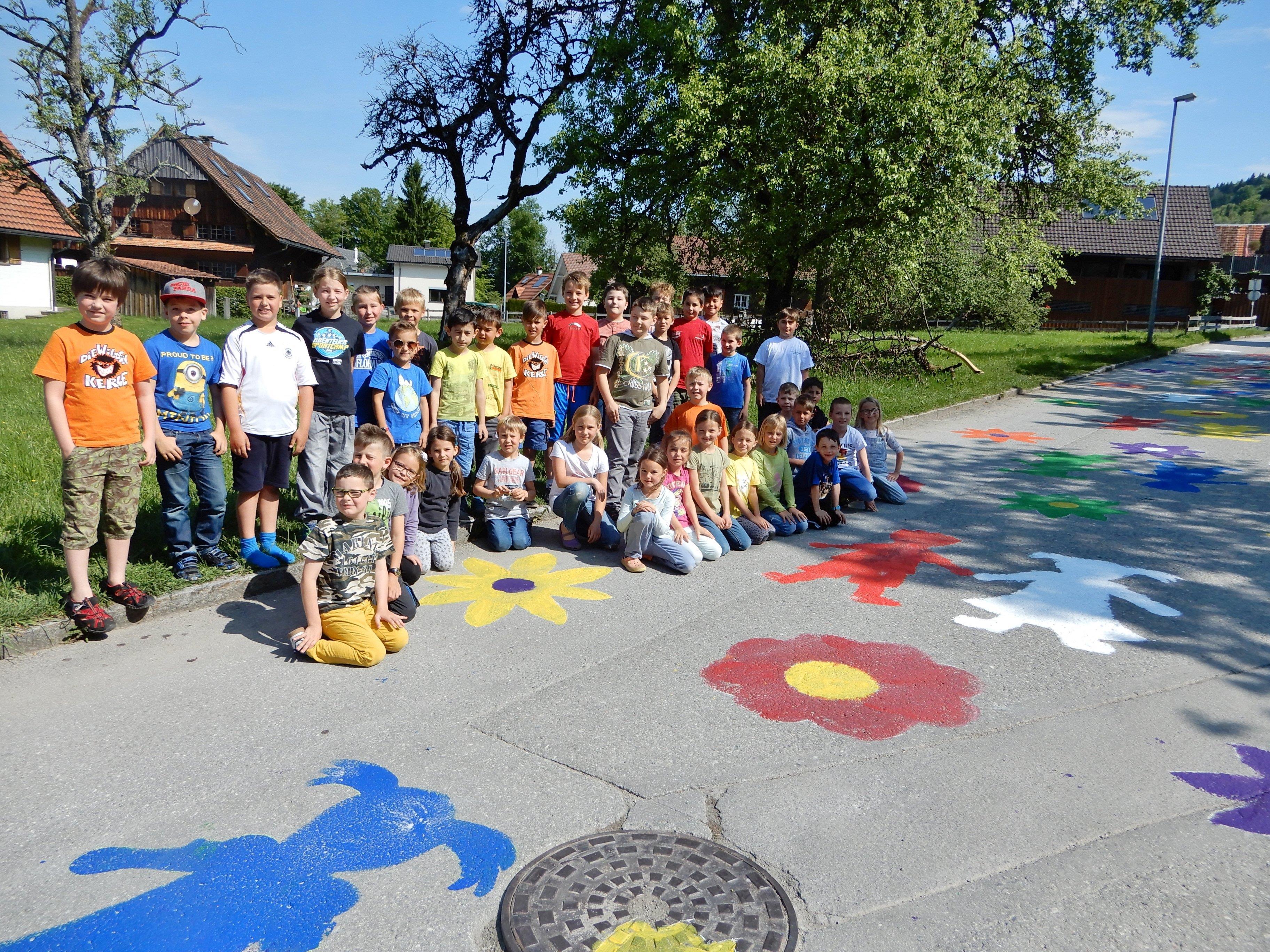 Stolz präsentieren die Schüler der VS Watzenegg ihr buntes Werk, das die nächsten Wochen die Schuleinfahrt verschönert.