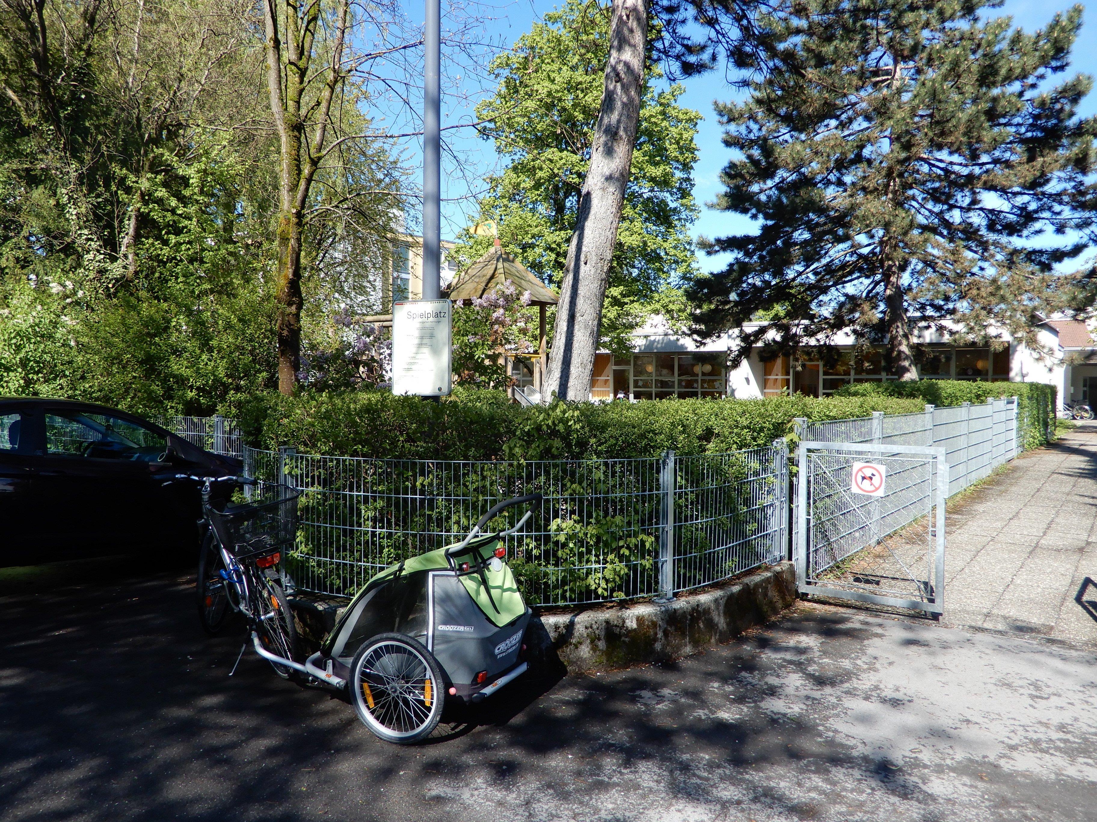 Beim Kindergarten in der J. A. Herburgerstraße soll es immer wieder zu Verschmutzungen durch liegengelassenen Müll kommen.