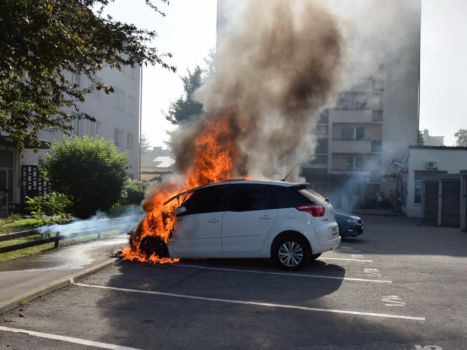 In Wiener Neudorf geriet ein Auto in Brand.