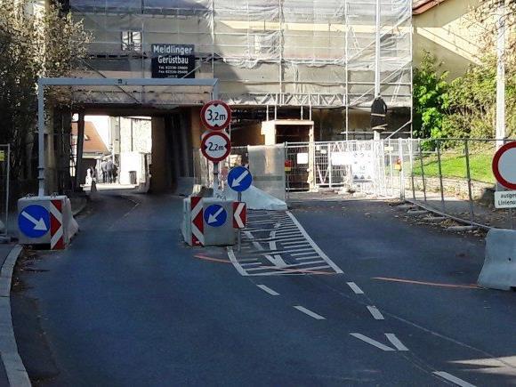Die Durchfahrt des Torbogens in Nizza.