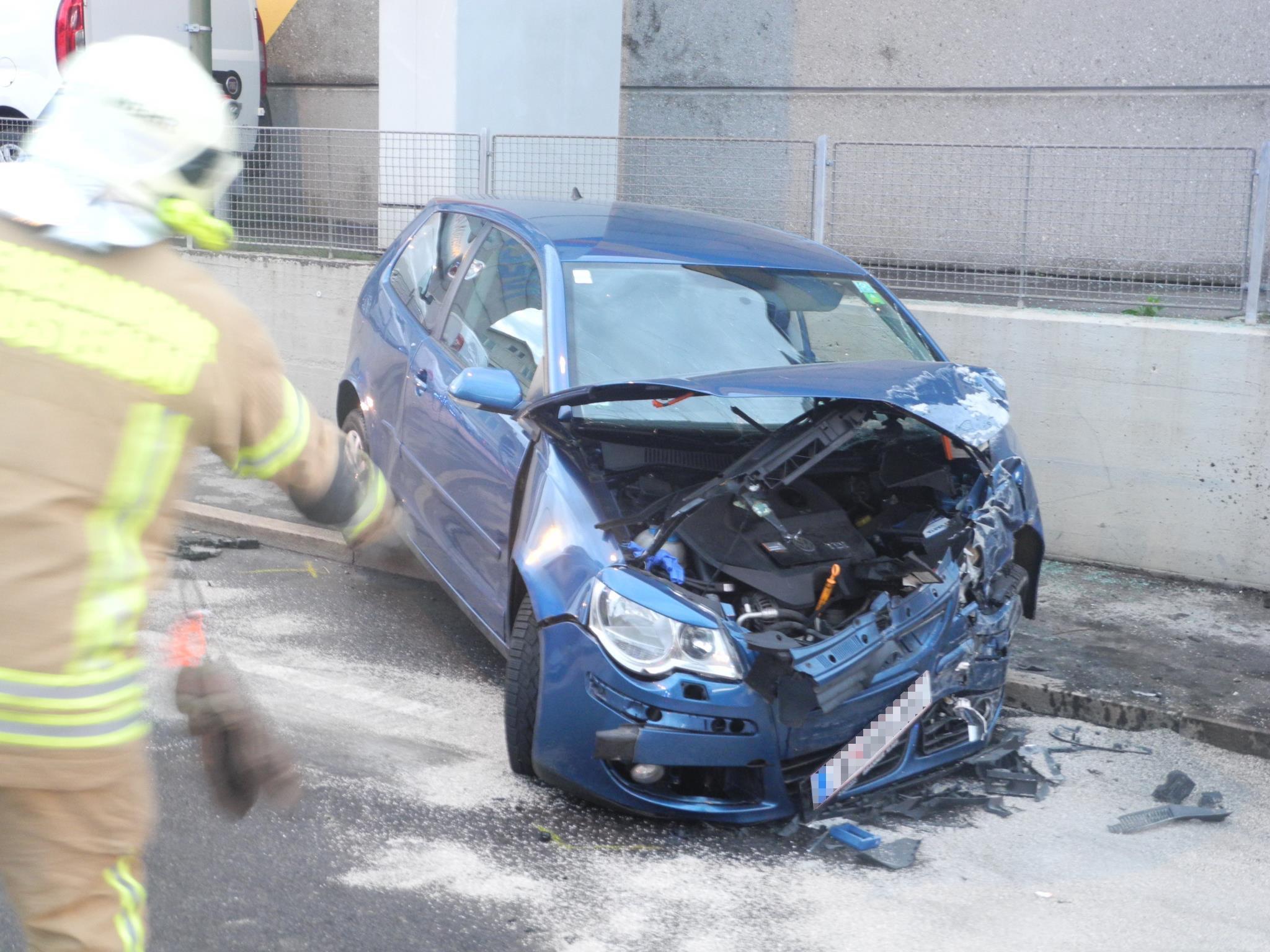 Totalschaden am Pkw, Krankenhaus für den Fahrer - Die Beifahrer wurden leicht verletzt.