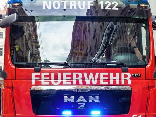 Ein Brand mit einem Verletzten in NÖ löste einen Feuerwehr-Großeinsatz aus.
