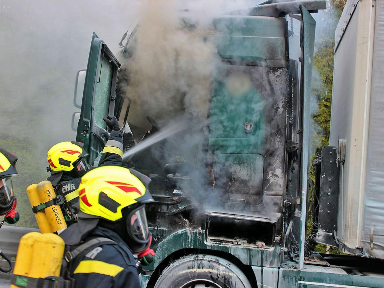 Einsatzkräfte der Feuerwehr während der Brandlöschung auf der A21