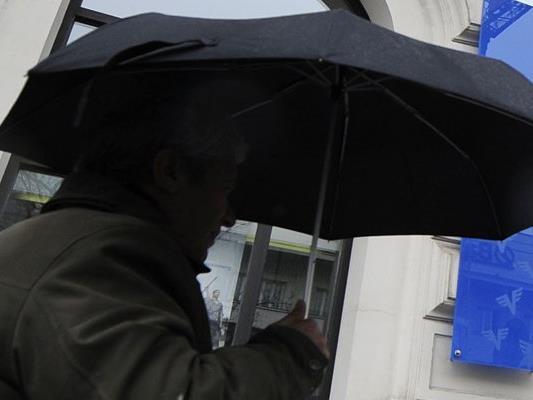Mit der Spitze eines Regenschirms verletzte der Mann seine Lebensgefährtin schwer.
