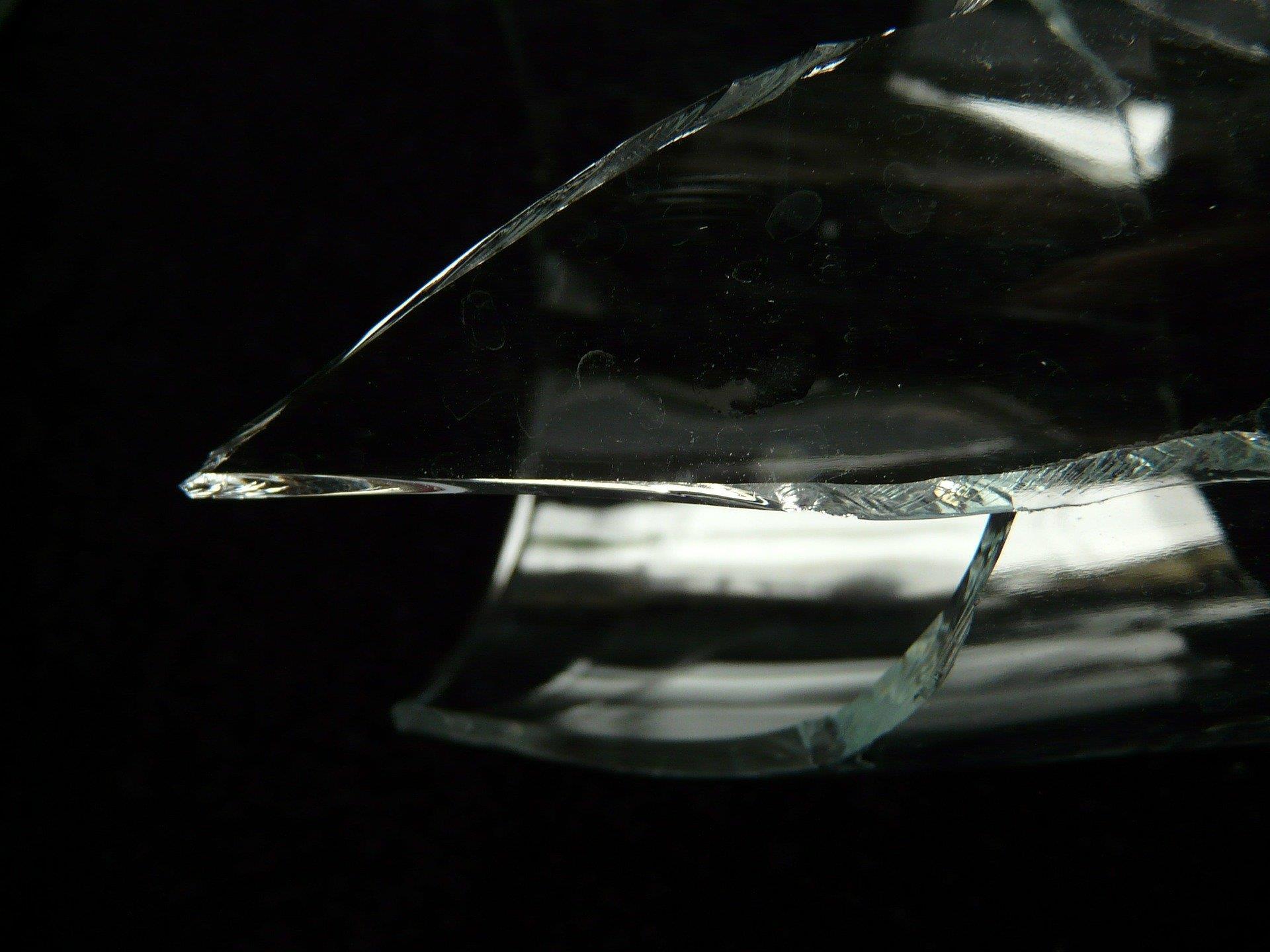 Mit einem zerbrochenem Glas wurde der Ex-Freund attackiert.