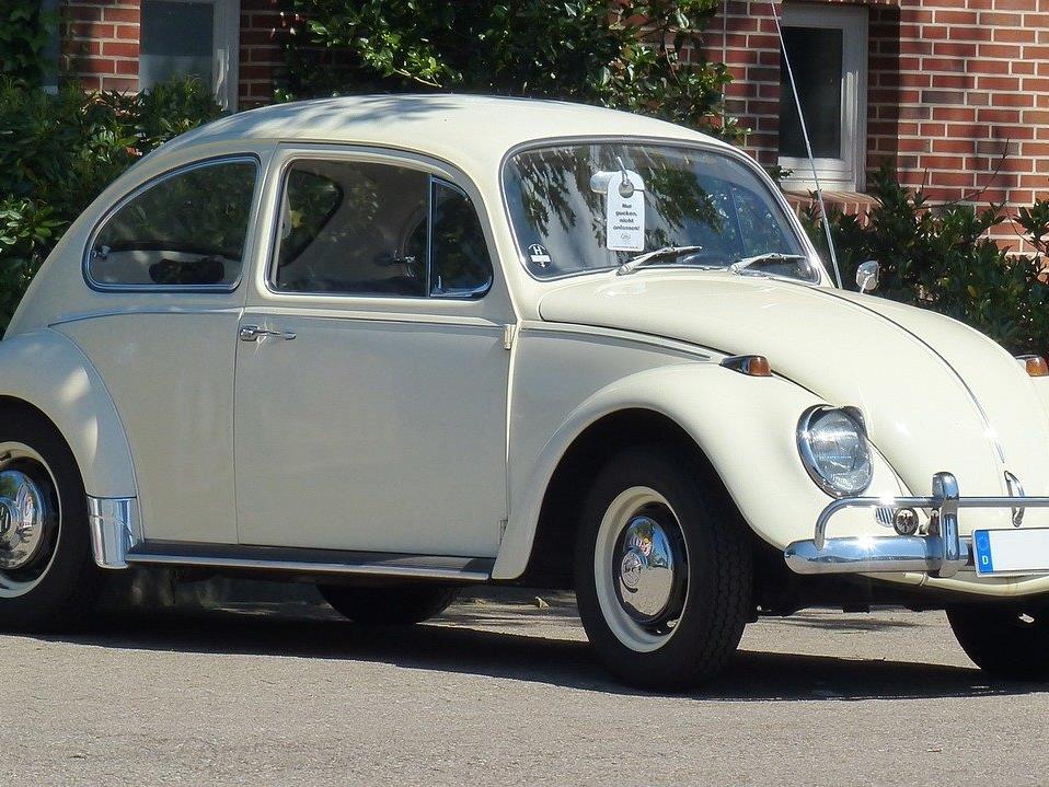 In einer Tiefgarage geriet ein VW Käfer in Vollbrand.