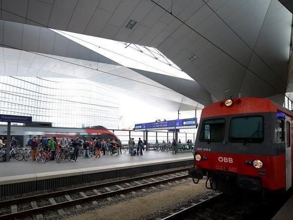 Am Wiener Hauptbahnhof sind Betonstücke auf eine S-Bahn und den Bahnsteig gefallen.