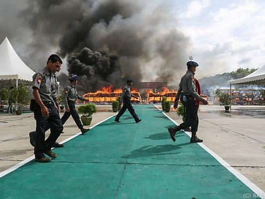 Polizisten in Myanmar verbrannten große Mengen an Drogen