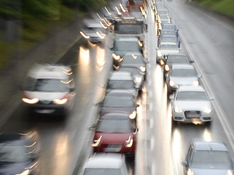 Bei dem Unfall auf der A2 wurden fürn Personen verletzt.