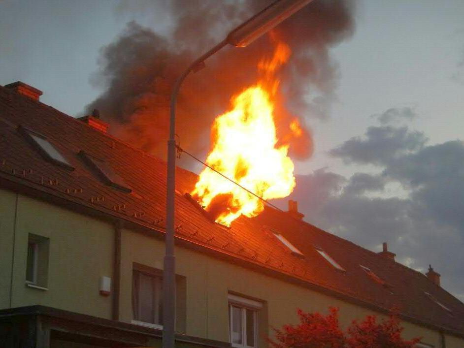 Die Flammen schlugen spektakulär aus dem Fenster des Dachgeschoßes in Wien-Donaustadt.